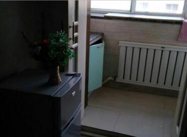 175中学附近,两室一厅,老装,屋内干净,学校近,交通方便!