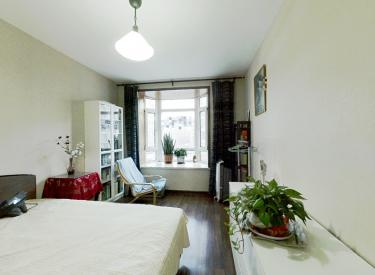 精装修两室 中间楼层 不把山不临街 南北通透 实木地板家具