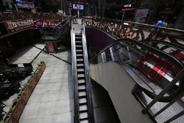这部迷你电梯,占据的空间相对狭窄,每一级阶梯只能容得下一人.
